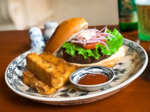 Veggie burger with chuncky plantain chips